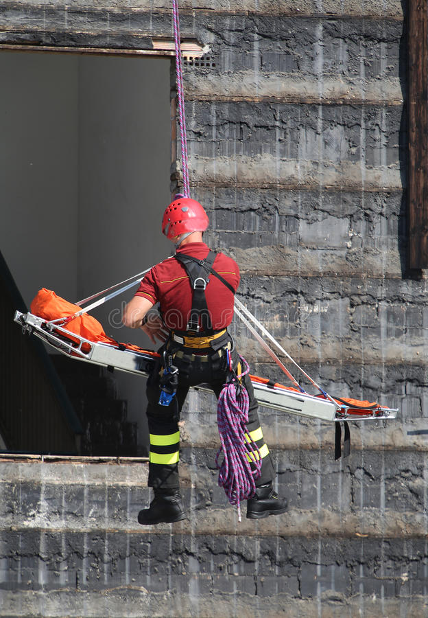 Download Brandbestrijder In Actie Met Schuim Om De Brand Te Doven Stock Foto - Afbeelding bestaande uit brandblusapparaat, schuim: 54077160