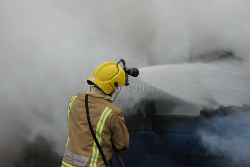 Brandbestrijder, autobrand stock foto