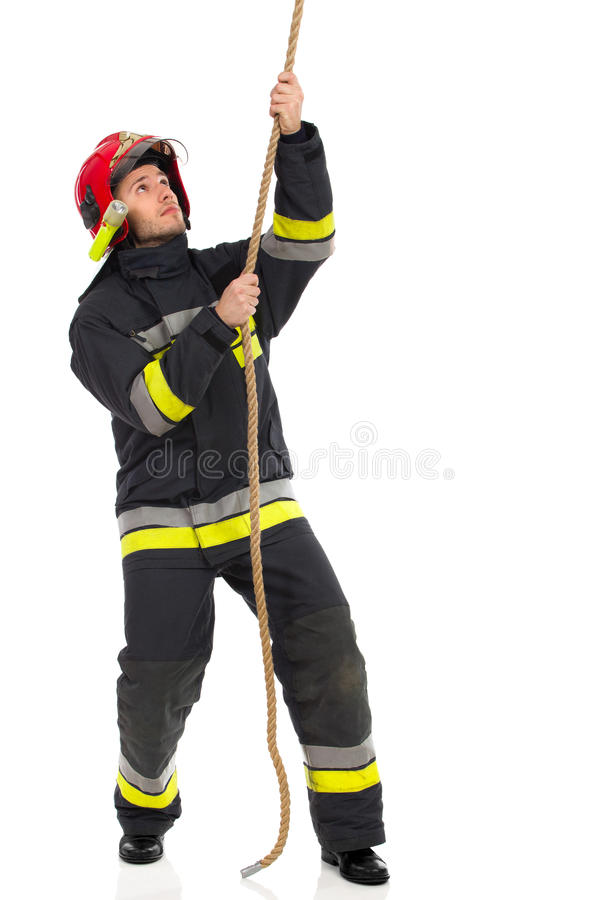 Brandbestrijder die een kabel trekken stock afbeeldingen