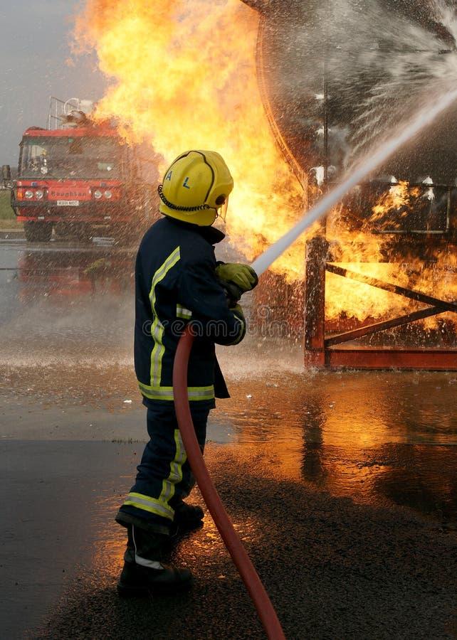 Brandbestrijder die grote brand bestrijden royalty-vrije stock afbeeldingen