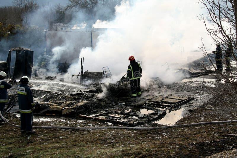 Brandbestrijders in actie royalty-vrije stock afbeeldingen