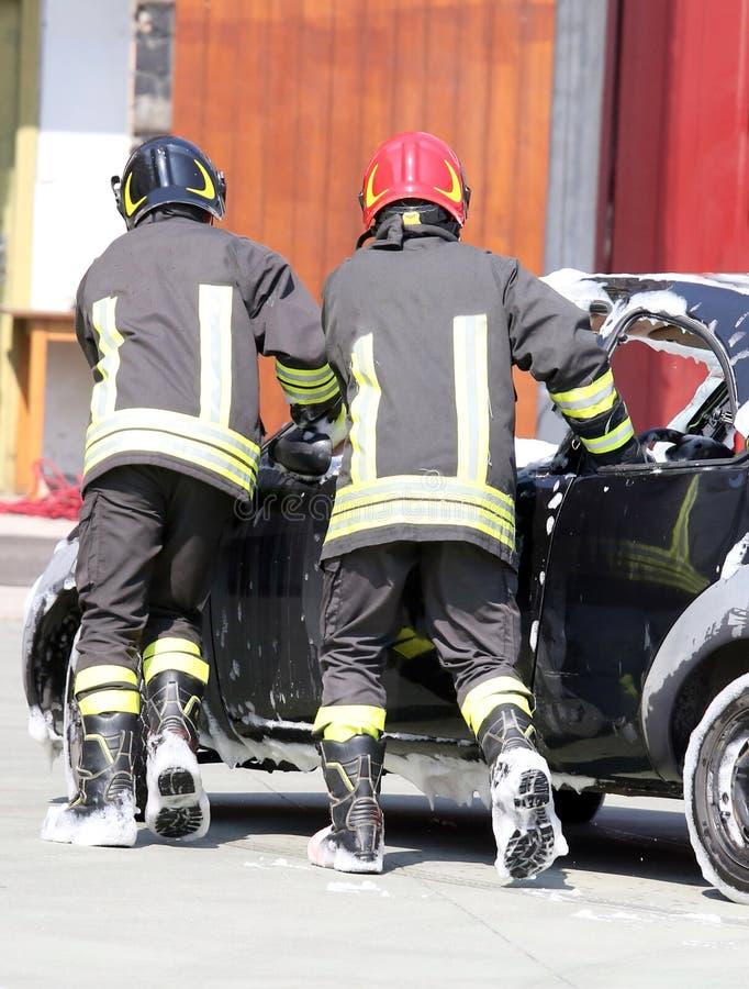 Brandbestrijders in actie tijdens een verkeersongeval royalty-vrije stock foto's