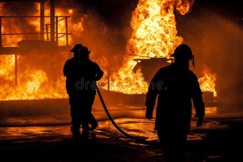 Brandbestrijders die brand bestrijden stock foto