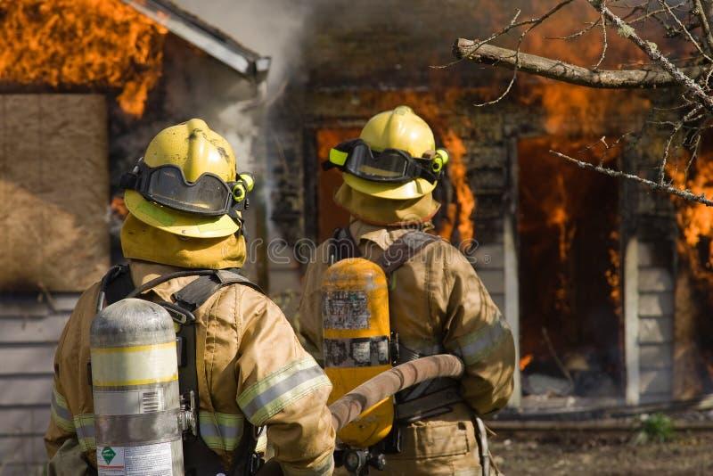 Brandbestrijders die gereed staan royalty-vrije stock fotografie