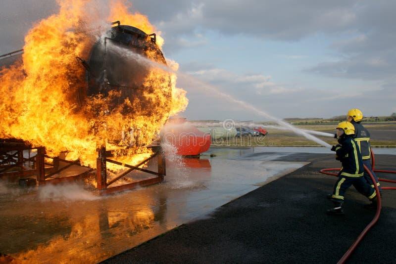 Brandbestrijders die grote brand bestrijden stock foto's