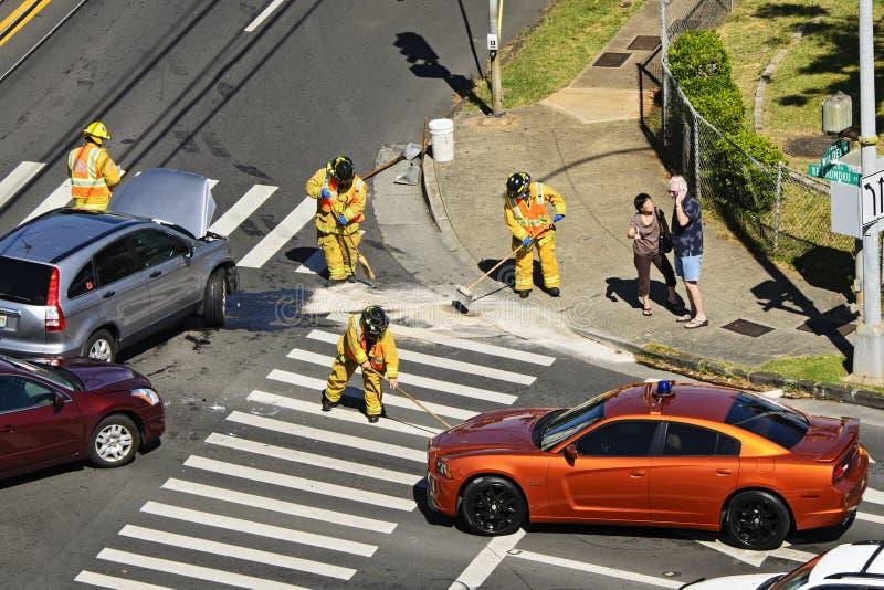 Brandbestrijders die het Puin van het Ongeval schoonmaken stock foto