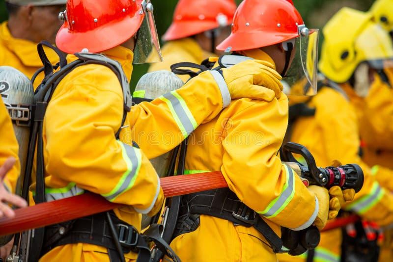 Brandbestrijders die hoge drukwater bespuiten aan brand met exemplaar ruimte, Groot vuur in opleiding, Brandbestrijder die een br stock afbeeldingen