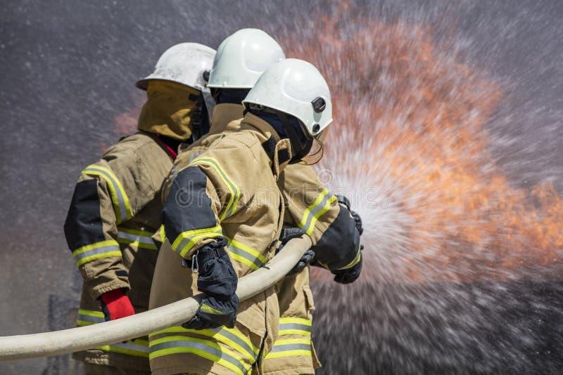Brandbestrijders die huisbrand doven royalty-vrije stock fotografie