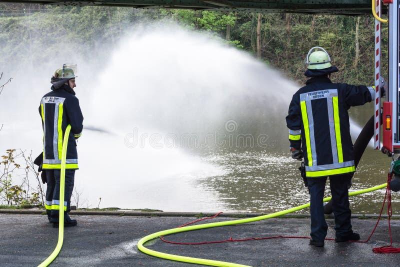 Brandbestrijders in Eenvormig tijdens opleiding stock afbeeldingen