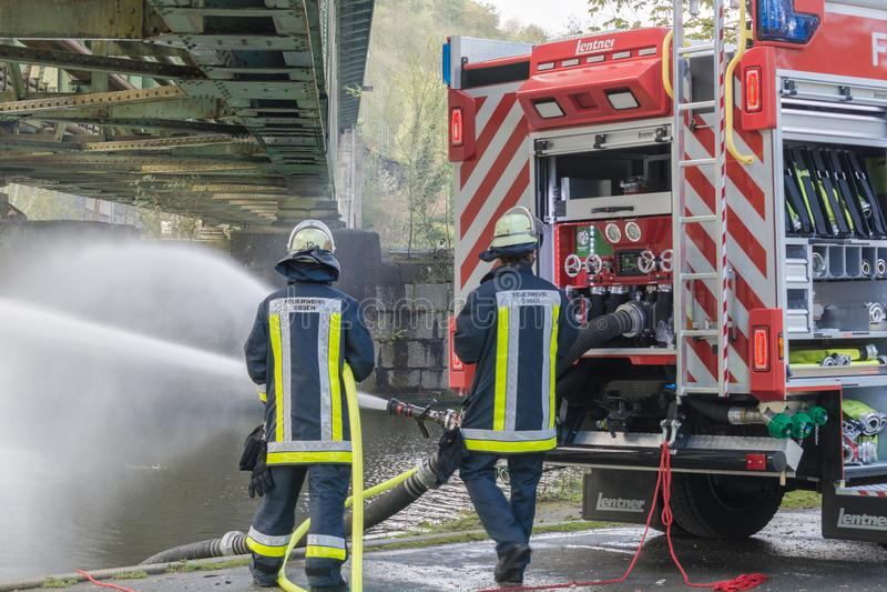 Brandbestrijders in Eenvormig tijdens opleiding royalty-vrije stock afbeeldingen