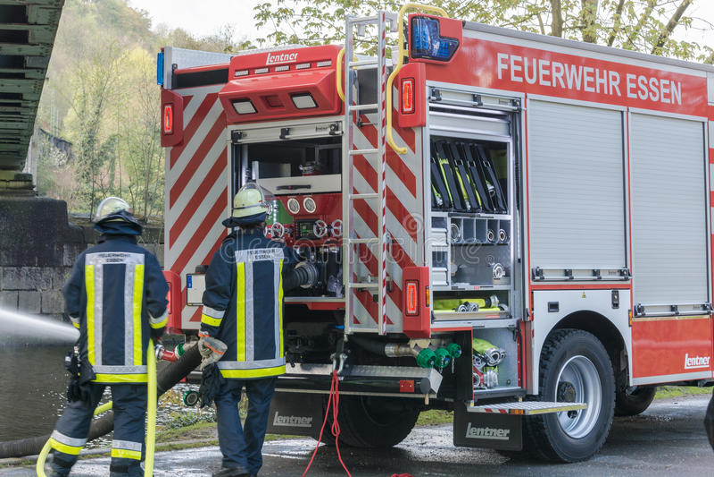 Brandbestrijders in Eenvormig tijdens opleiding royalty-vrije stock fotografie
