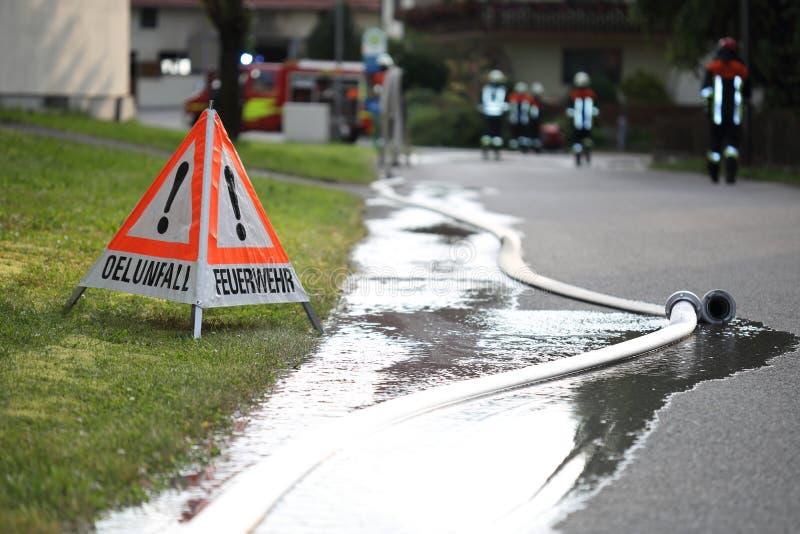 Brandbestrijders met verkeersteken en slangen royalty-vrije stock foto