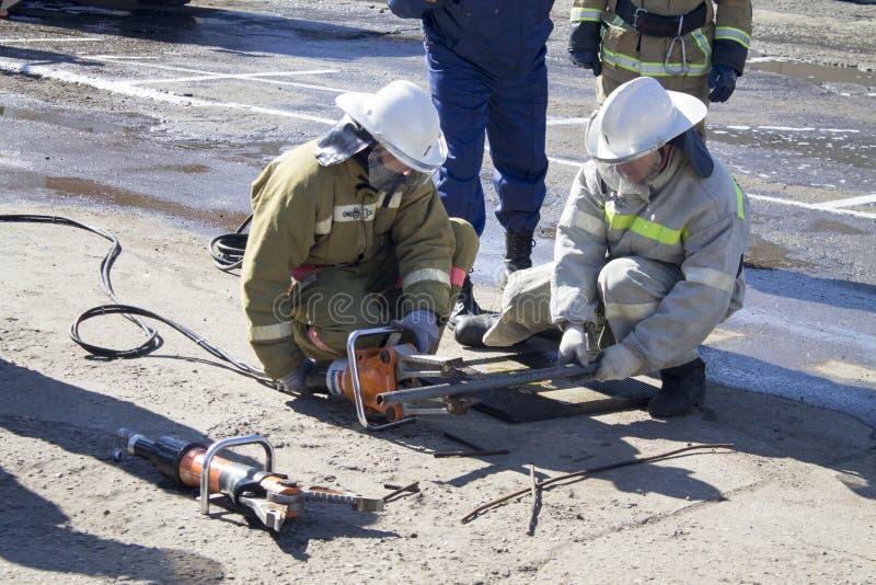 Brandbestrijders op het werk stock foto