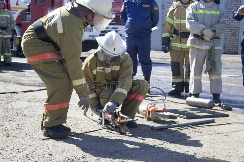 Brandbestrijders op het werk stock afbeeldingen