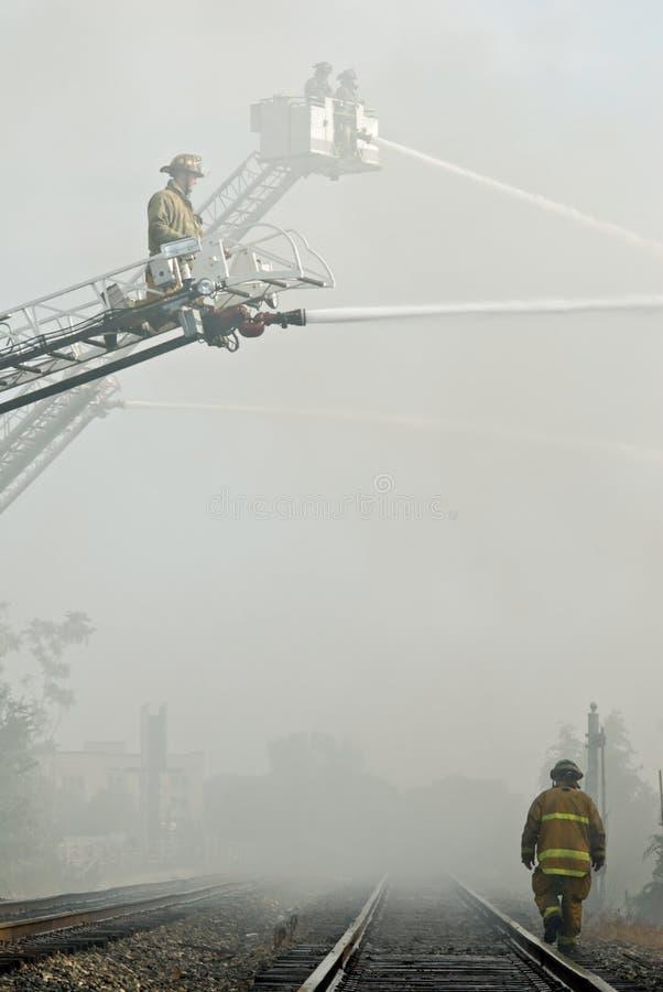 Brandbestrijders in Rook stock fotografie