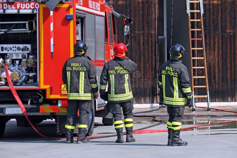 Brandbestrijders tijdens een opleidingsoefening royalty-vrije stock foto's