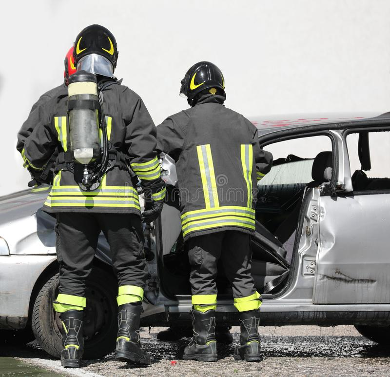 Brandbestrijders tijdens een verrichting met de cilinders na ro royalty-vrije stock fotografie