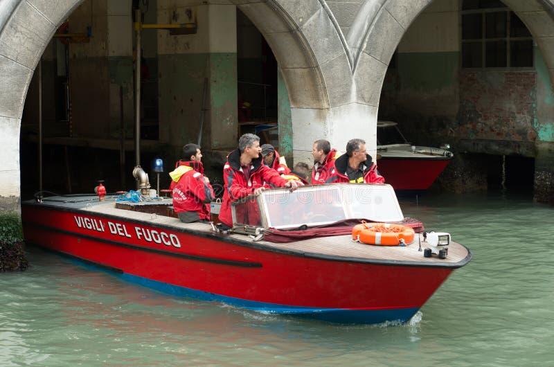 Brandbestrijders in Venetië stock afbeelding
