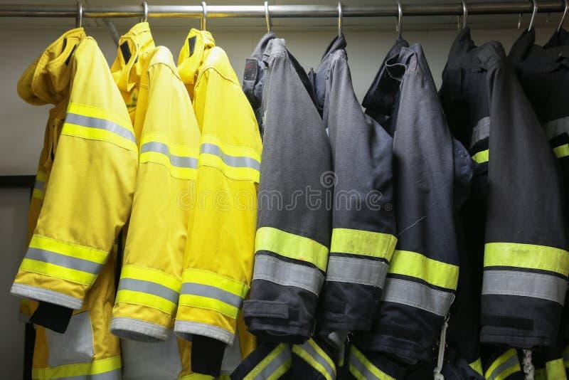 Brandbestrijderskostuum en materiaal klaar voor verrichting, de ruimte van de Brandvechter voor opslagmateriaal, Beschermingsmate stock afbeeldingen