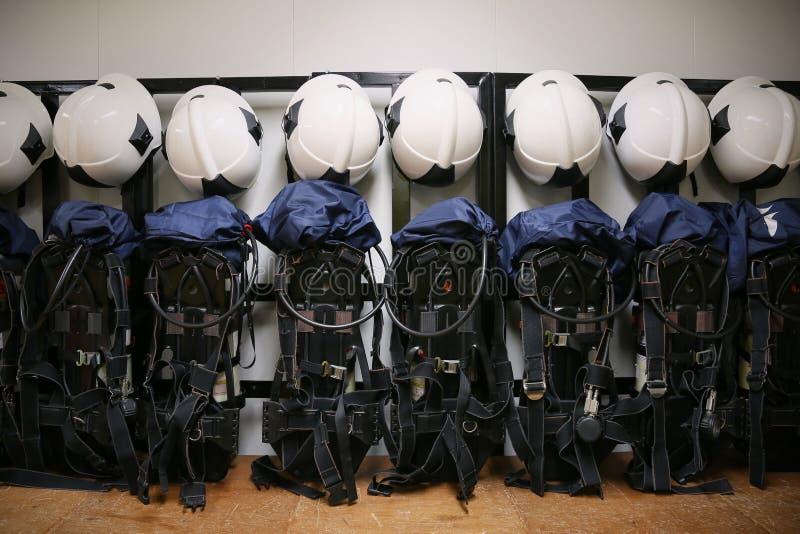 Brandbestrijderskostuum en materiaal klaar voor verrichting, de ruimte van de Brandvechter voor opslagmateriaal, Beschermingsmate stock fotografie