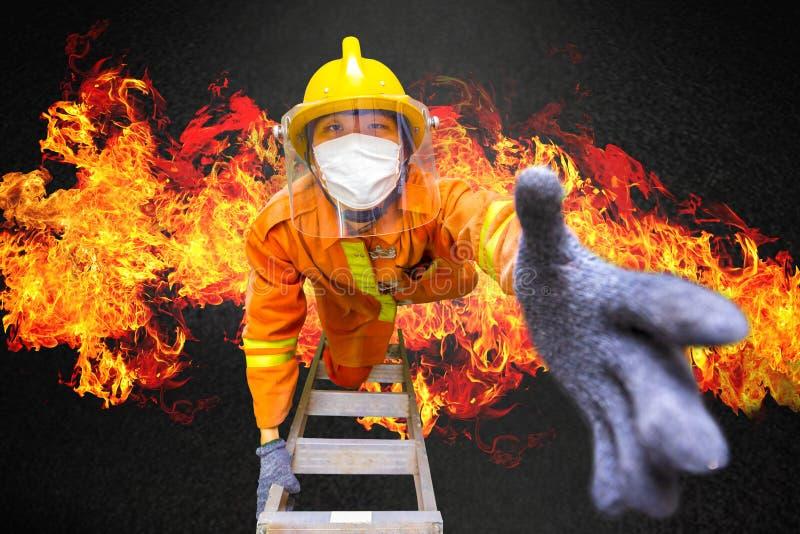 Brandbestrijdersredding, brandweerman op brandtreden beklimmen of draaischijfladder die van het branden de bouw om mensen in bran stock foto