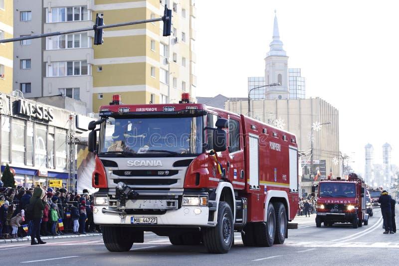 Brandbestrijdersvoertuigen bij een nationale dag in Zalau, Roemenië stock fotografie