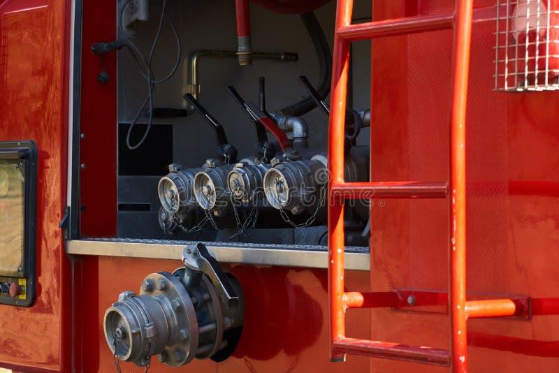 Brandbestrijdersvrachtwagen met het riet van de brandweerman na een brand royalty-vrije stock fotografie
