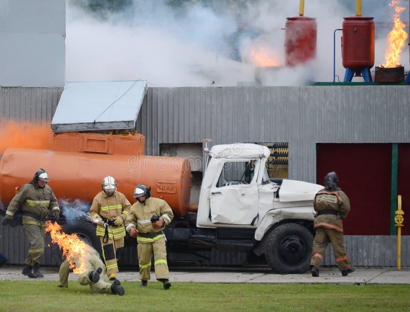 Brandblus bij de opleidingsgrond van het Noginsk-reddingscentrum van het Ministerie van Noodsituatiesituaties tijdens Internat royalty-vrije stock afbeeldingen