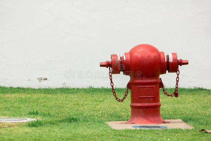 Brandblusapparaat op het gazon stock fotografie