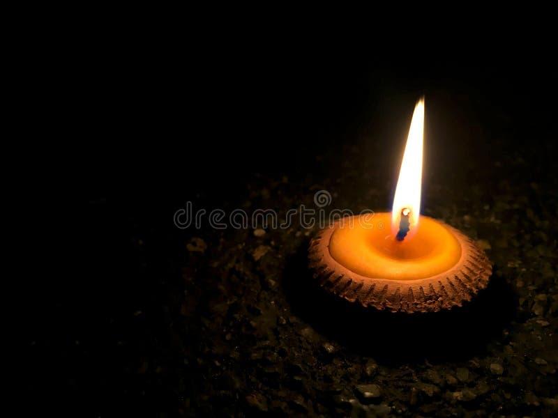 Brandbränning av den lilla stearinljuset i bakad lerakopp med Lanna Northern Thailand traditionell stil royaltyfria foton