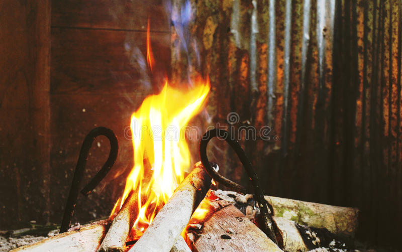 Brandbränning i en spis arkivfoton