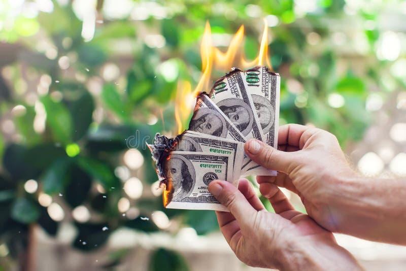 Brandbrännskada hundra dollar i hand arkivfoto