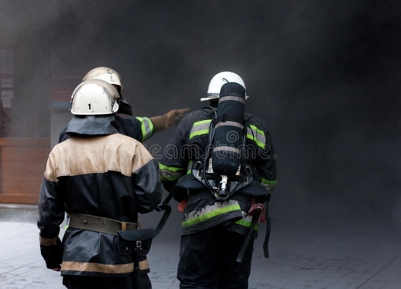 brandbrandmän gående tre arkivbilder