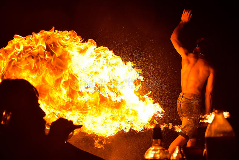 Branddansen visar på natten på stranden royaltyfri bild
