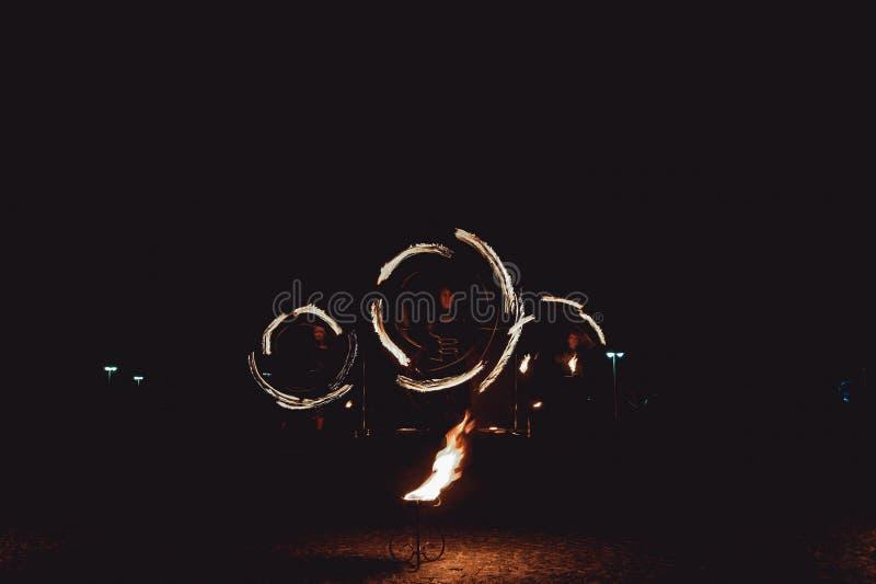 Branddansshower på natten Fantastisk brandshow som delen av bröllopceremoni arkivfoto