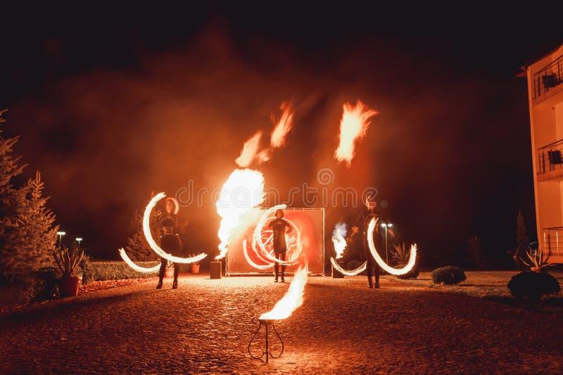 Branddansshower på natten Fantastisk brandshow som delen av bröllopceremoni arkivbild