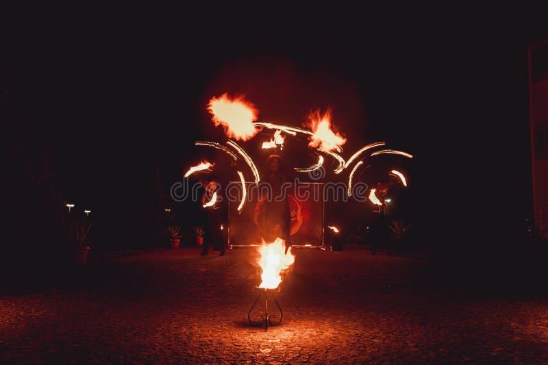 Branddansshower på natten Fantastisk brandshow som delen av bröllopceremoni royaltyfria bilder