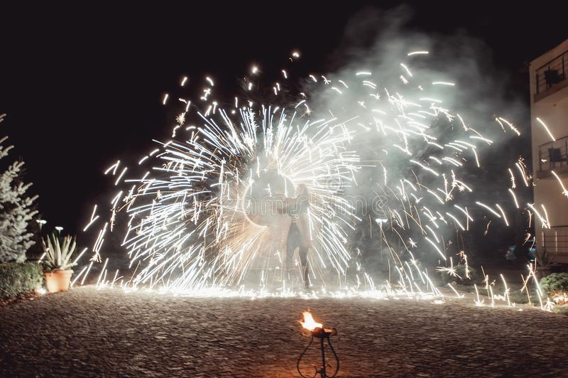 Branddansshower på natten Fantastisk brandshow som delen av bröllopceremoni fotografering för bildbyråer