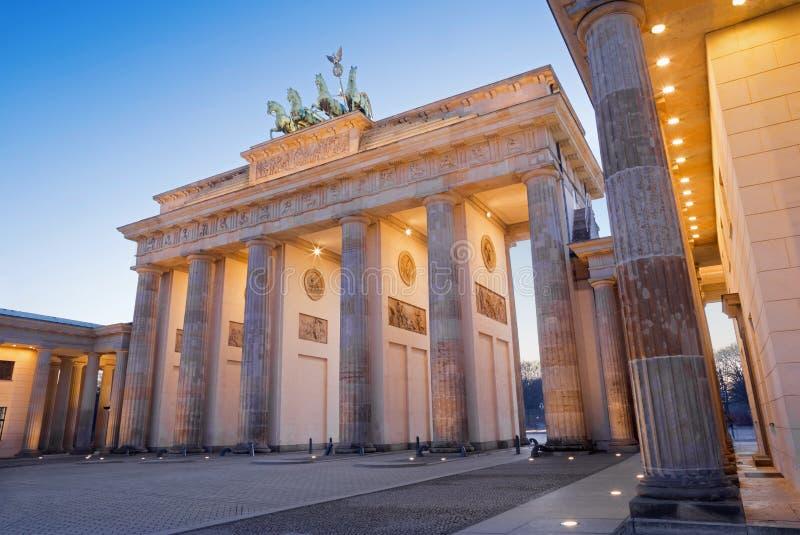 Brandeburgo la puerta de Berlín - en oscuridad de la tarde imagenes de archivo