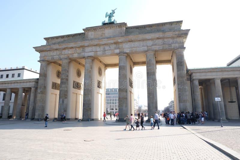 Brandenburg port Berlin med blå himmel royaltyfri foto