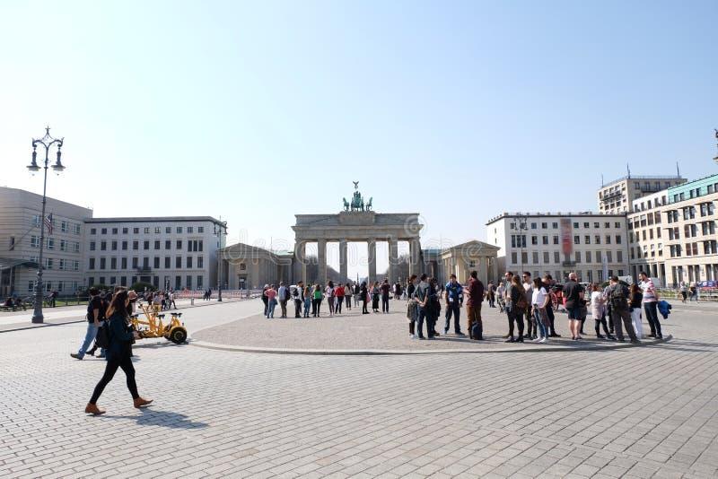 Brandenburg port Berlin med bl? himmel arkivfoton