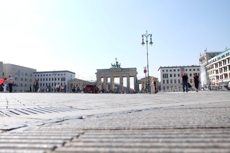 Brandenburg port Berlin med bl? himmel fotografering för bildbyråer