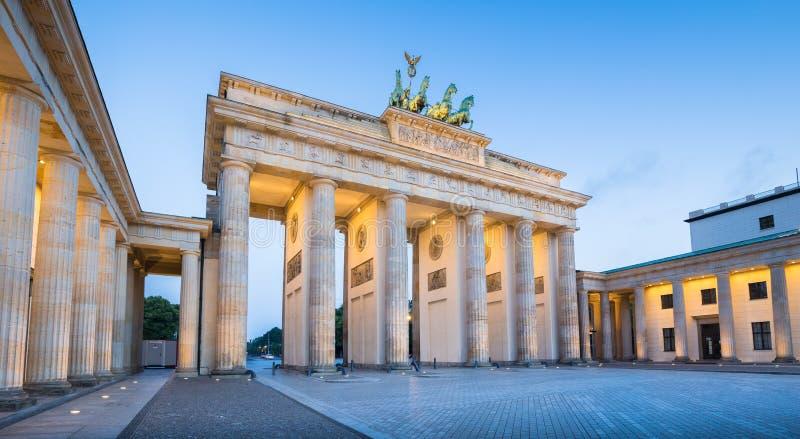 Brandenburg port i skymning på gryning, Berlin, Tyskland royaltyfri foto