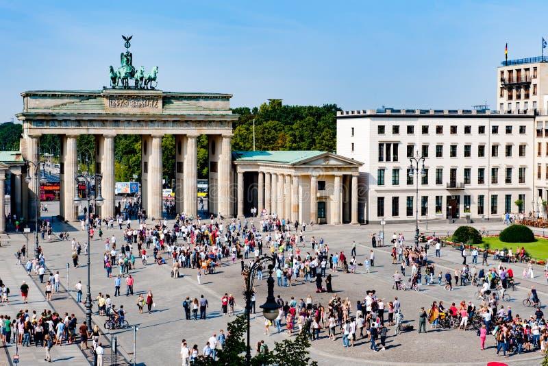 Brandenburg port och Pariser Platz, folkmassor som är främsta av den Brandenburger toren, Berlin, Tyskland royaltyfria bilder