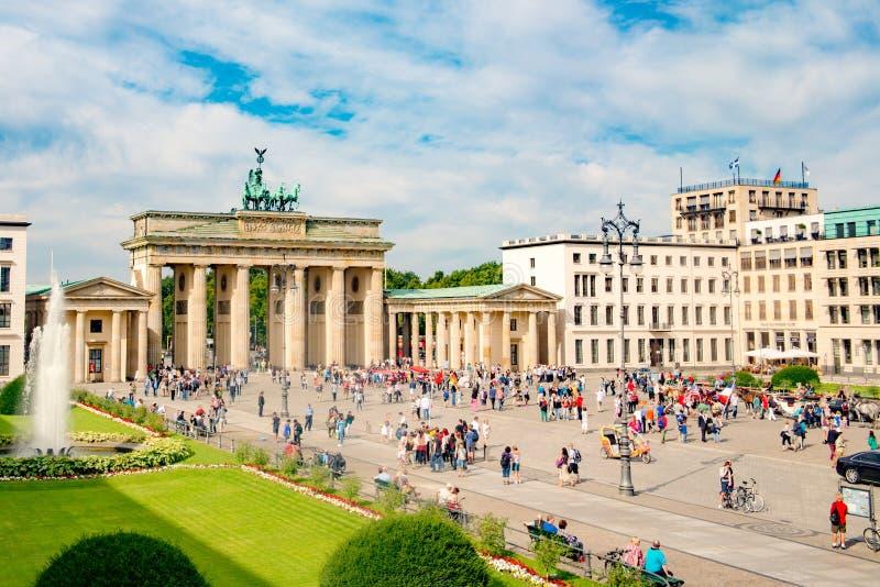 Brandenburg port och Pariser Platz, folkmassor som är främsta av den Brandenburger toren, Berlin, Tyskland arkivbilder