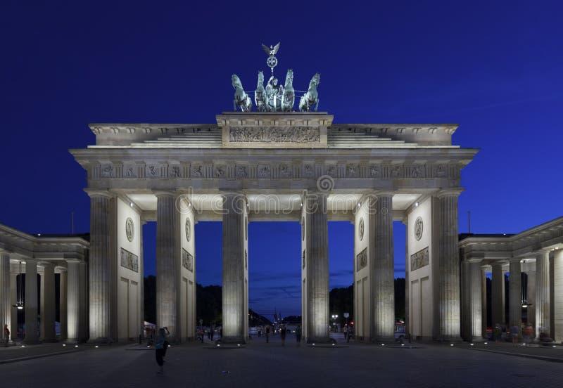 Brandenburg port på skymning, Berlin royaltyfria bilder