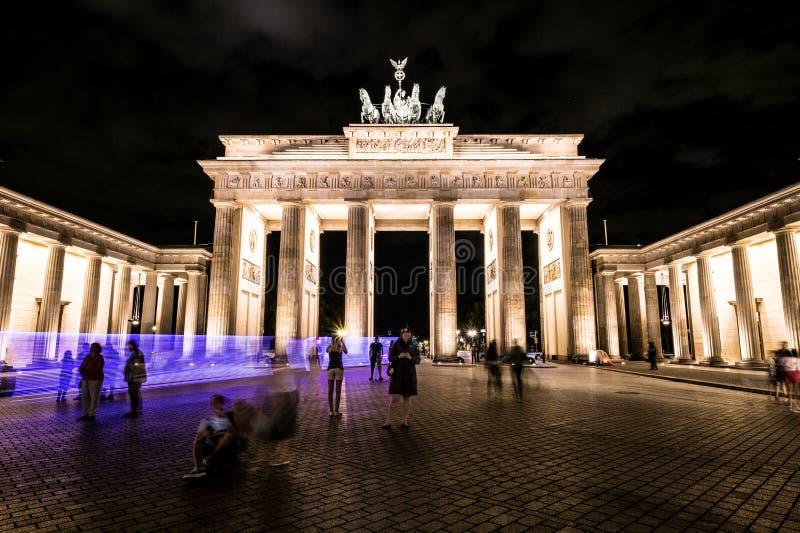 Brandenburger-Felsen nachts, Brandenburger Tor, Berlin stockbild