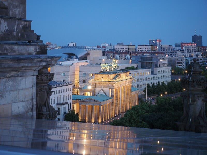 Brandenburger-Felsen (Brandenburger Tor) in Berlin nachts stockbilder