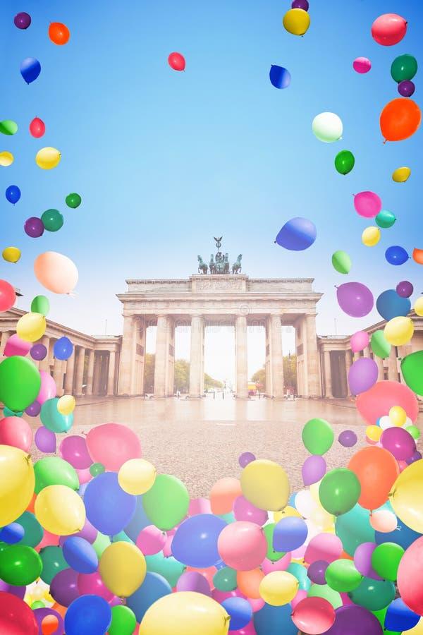 Brandenburger Tor Berlin con volar de los balones de aire foto de archivo