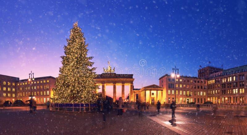 brandenburger tor in berlin mit weihnachtsbaum und schnee. Black Bedroom Furniture Sets. Home Design Ideas